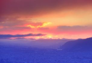 半過岩鼻から望む荒船山と初日の出前の朝焼けの写真素材 [FYI04769906]