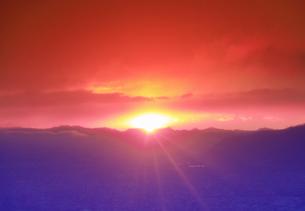 半過岩鼻から望む荒船山から昇る初日の出の写真素材 [FYI04769907]