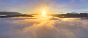 下之郷から望む塩田平の雲海と朝日のパノラマの写真素材 [FYI04769912]