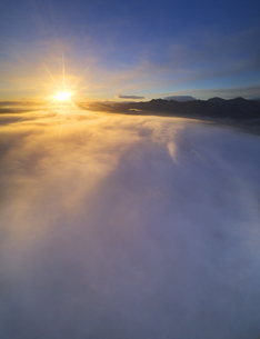 下之郷から望む塩田平の雲海と朝日の写真素材 [FYI04769914]