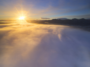 下之郷から望む塩田平の雲海と朝日の写真素材 [FYI04769915]