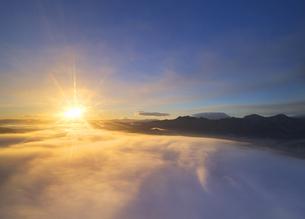 下之郷から望む塩田平の雲海と朝日の写真素材 [FYI04769916]