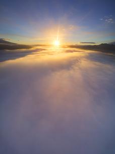 下之郷から望む塩田平の雲海と朝日の写真素材 [FYI04769917]