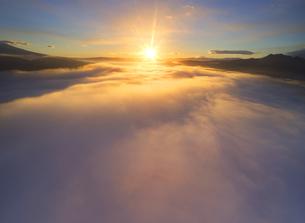 下之郷から望む塩田平の雲海と朝日の写真素材 [FYI04769918]