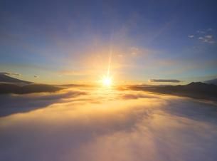 下之郷から望む塩田平の雲海と朝日の写真素材 [FYI04769919]