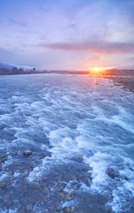 千曲川の半過の瀬と朝日の写真素材 [FYI04769920]