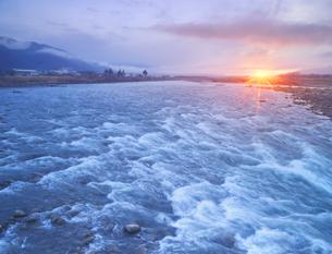 千曲川の半過の瀬と朝日の写真素材 [FYI04769921]
