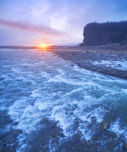 千曲川の半過の瀬と半過岩鼻と朝日の写真素材 [FYI04769922]