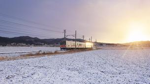 五加のカーブを走る朝日に輝く別所線の1000系電車の写真素材 [FYI04769935]