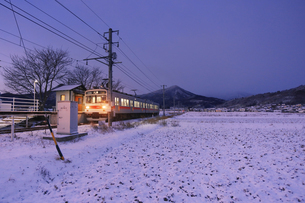 黎明の舞田駅に到着する別所線の1000系電車の写真素材 [FYI04769943]