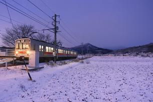 黎明の舞田駅に到着する別所線の1000系電車の写真素材 [FYI04769944]