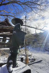 弘法大師像と前山寺三重塔と朝の光の写真素材 [FYI04769957]