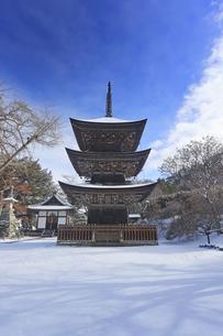 新雪の前山寺三重塔の写真素材 [FYI04769959]