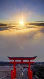 生島足島神社大鳥居と雲海と朝日,上昇しながら繋ぐ高度差写真の写真素材 [FYI04769962]
