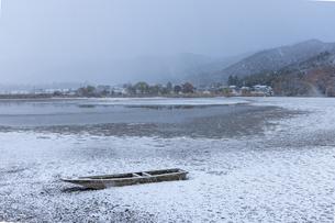 広沢池 雪景色の写真素材 [FYI04770085]