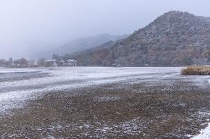 広沢池 雪景色の写真素材 [FYI04770086]