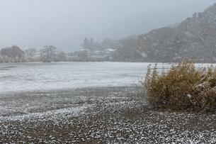 広沢池 雪景色の写真素材 [FYI04770088]