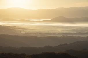鬼女台展望休息所より望む朝日さす蒜山高原の写真素材 [FYI04770105]