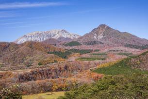 鬼女台展望休息所より望む大山と鳥ヶ山の写真素材 [FYI04770115]