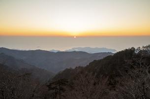 大台ケ原山より望む朝日の写真素材 [FYI04770152]