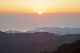 大台ケ原山より望む朝日の写真素材 [FYI04770153]