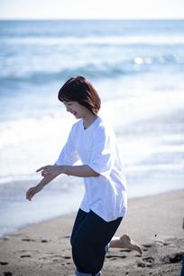 海ではしゃぐカップルの写真素材 [FYI04770188]