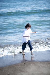 海ではしゃぐ女性の写真素材 [FYI04770189]