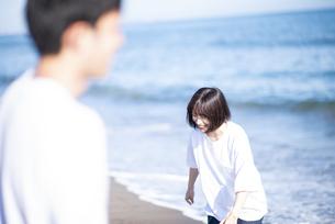 海で遊ぶカップルの写真素材 [FYI04770192]