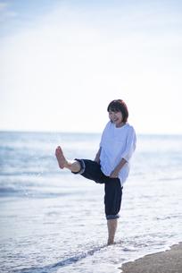 海で遊ぶ女性の写真素材 [FYI04770201]