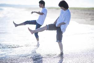 海で遊ぶカップルの写真素材 [FYI04770203]
