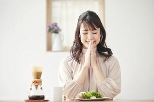 食事をする女性の写真素材 [FYI04770226]
