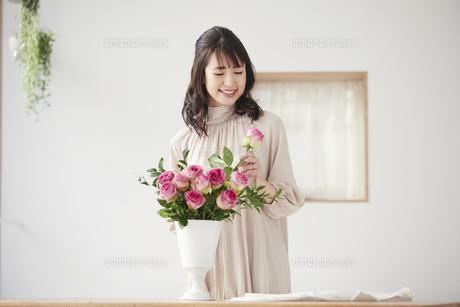 花を活ける女性の写真素材 [FYI04770241]
