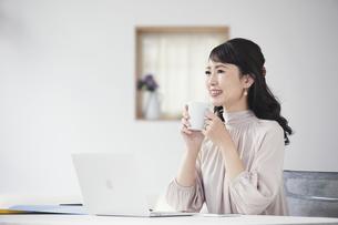 パソコンを開き仕事をする女性の写真素材 [FYI04770243]