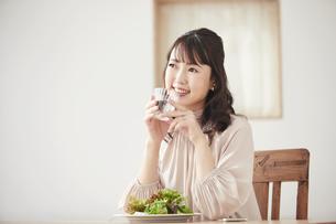 サラダを食べる女性の写真素材 [FYI04770245]