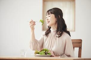 サラダを食べる女性の写真素材 [FYI04770249]