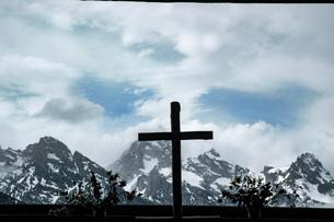 雄大な雪をかぶった山々と小さな教会の写真素材 [FYI04770374]