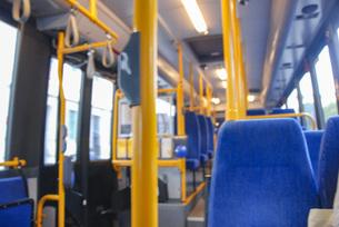 北欧のデザインの良い公共交通機関 バスの車内の写真素材 [FYI04770376]