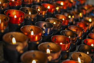 祈りとキャンドルの写真素材 [FYI04770389]