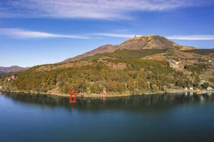 冬の芦ノ湖の空撮の写真素材 [FYI04770402]