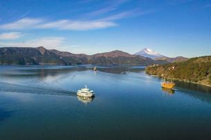 冬の芦ノ湖の空撮の写真素材 [FYI04770407]