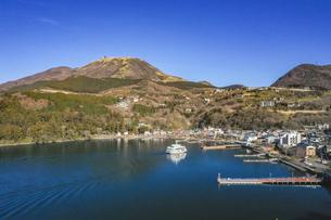 冬の芦ノ湖の空撮の写真素材 [FYI04770409]