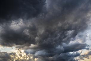スケールある暗雲の写真素材 [FYI04770643]