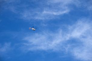 快晴の空を行くドクターヘリの写真素材 [FYI04770666]