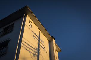 団地側壁を照らす夕陽の写真素材 [FYI04770675]