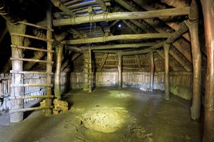 御所野遺跡の掘立柱建物の内部の写真素材 [FYI04770836]