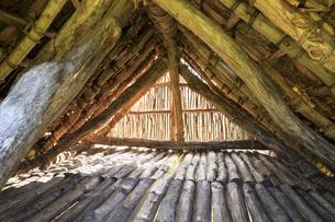御所野遺跡の掘立柱建物の内部の写真素材 [FYI04770837]