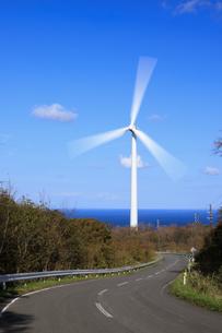風力発電と国道339号線の写真素材 [FYI04770891]