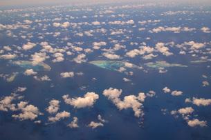 機内から見えるサンゴ礁の写真素材 [FYI04770932]