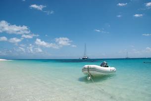 美しいグレートバリアリーフの島とボートの写真素材 [FYI04770936]