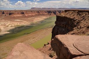 コロラド川 不毛の大地 崖っぷちからの風景の写真素材 [FYI04771107]